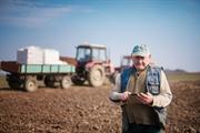 Foto ilustrativa de agricultor acessando a internet